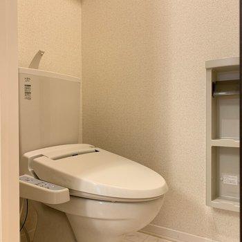 上部の棚は清掃用品を仕舞うのに便利!※写真は1階の反転間取り別部屋のものです