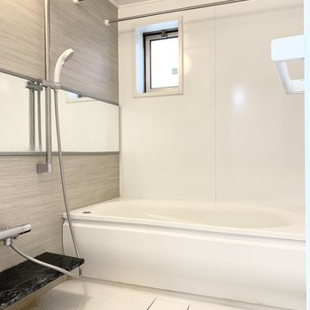 浴室乾燥機能付きです。※写真は1階の反転間取り別部屋のものです