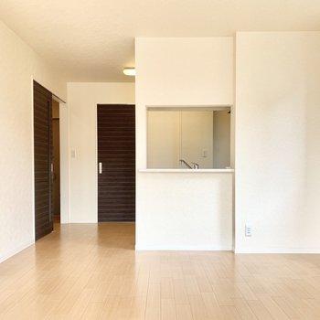 【LDK】カウンターキッチンだから開放的。※写真は1階の反転間取り別部屋のものです