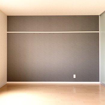 【洋室】ブラウンのアクセントクロスがお洒落さん!※写真は1階の反転間取り別部屋のものです