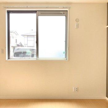 【洋室】寝室に丁度いい約6.2帖のお部屋。※写真は1階の反転間取り別部屋のものです