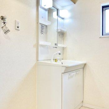 独立洗面台です。洗濯機置き場はお隣に。※写真は1階の反転間取り別部屋のものです