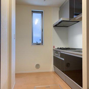 キッチン周りはゆったりとしています。※写真は1階の反転間取り別部屋のものです