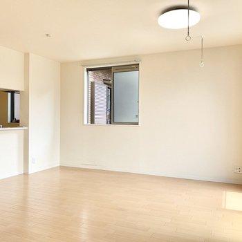 【LDK】テーブルもソファも置けそう。※写真は1階の反転間取り別部屋のものです