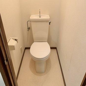 トイレは落ち着く個室。天井も高めでした。