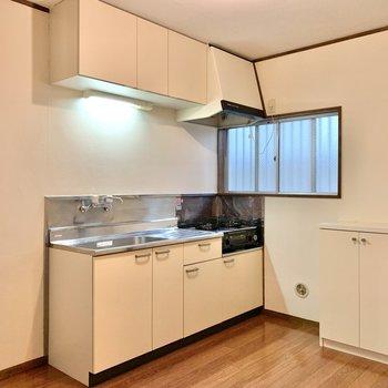 上下にしっかり収納が。大きめの調理器具もスッキリ仕舞えます。