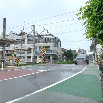 宮の坂駅周辺は車がよく通ります。