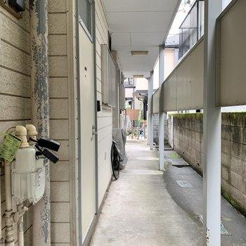 共用部は雨の日も濡れない屋根付き。ここに自転車を置いている方もいました。