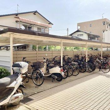 出てすぐに屋根付き自転車置き場!
