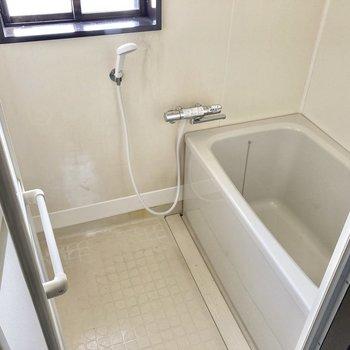 お風呂場には窓もあって換気もきちんとできますね。(※写真は清掃前のものです)