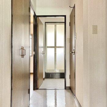 玄関はいって右側に水回りが並んでいます。(※写真は清掃前のものです)