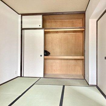奥には6畳の和室。壁一面の収納!たっぷりサイズ!(※写真は清掃前のものです)