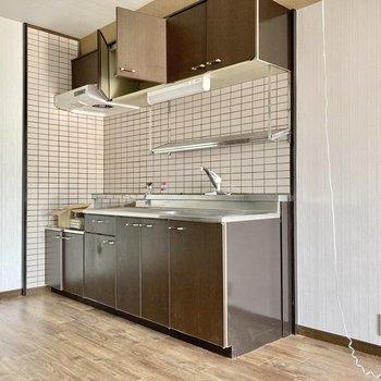 冷蔵庫はキッチンの横に置けそうですね。(※写真は清掃前のものです)