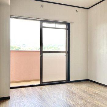 こちらは6帖の洋室。こちらも日当たりがいいですね。(※写真は清掃前のものです)
