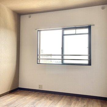 こちらは玄関横の6帖洋室。シックな壁の色合いです。(※写真は清掃前のものです)