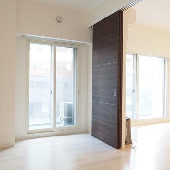 5.6帖の部屋はリビングと繋げれます※写真は同間取り別部屋です