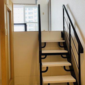先ずはこの階段を上がり中段の洋室5帖部分を見てみよう