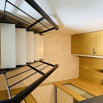 階段を下り、下段6帖のDKへ
