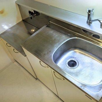 調理スペースと大き目のシンク。水温調節は嬉しいレバータイプ。