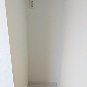 キッチンの奥には冷蔵庫が置けるスペースあります。
