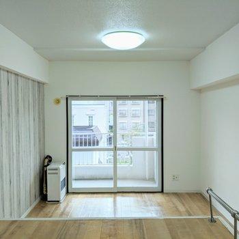 【洋室】窓は南西向きで明るいお部屋。