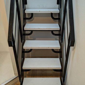 居室から階段を下って…