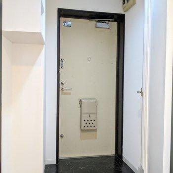 コンパクトな玄関スペースです。