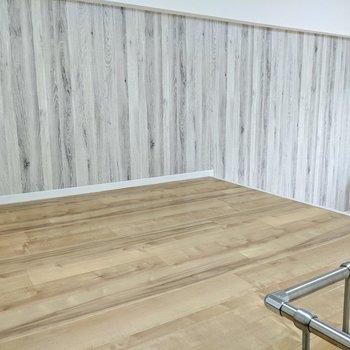 【ロフト】壁は木目模様のアクセントクロス。