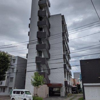住宅街にある細長い建物。