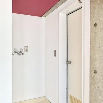 奥まっているのがうれしい洗濯機置き場。お隣の扉がバストイレです。
