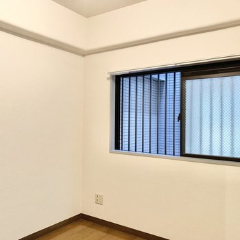 【洋室5帖】窓が付いているので、圧迫感などは感じません。
