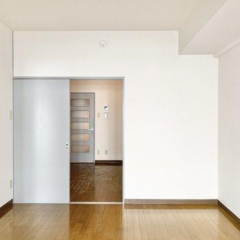 【洋室6.7帖】ナチュラルな内装なので家具は落ち着いた色味のものが合いそうです。