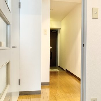 玄関までの廊下はゆったり、広めです。