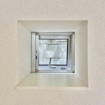 ロフトの窓もスクエア。ここに何か飾りたいな。
