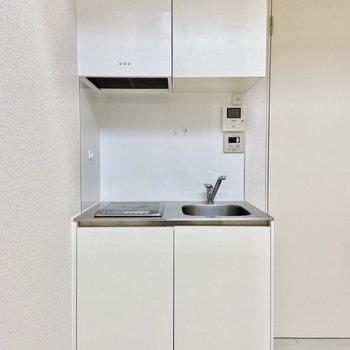 キッチンを見ていきましょう。真っ白で清潔感ある〜