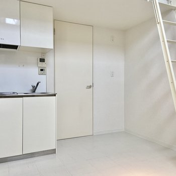 冷蔵庫や調理家電は梯子の裏に置きましょう。