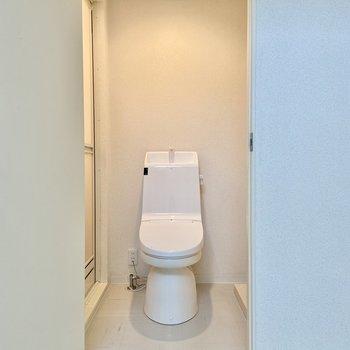サニタリーを開けるとすぐにトイレが。