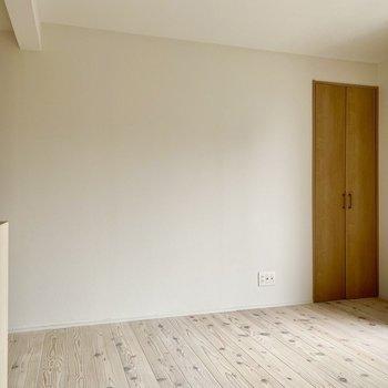 テレビを置くなら奥の壁側ですね。