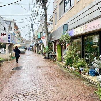 お部屋近くの通り。飲食店や花屋さんなどいろんなお店が並んでいます。