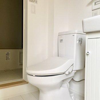 トイレはシンプル。温水洗浄便座付きです。