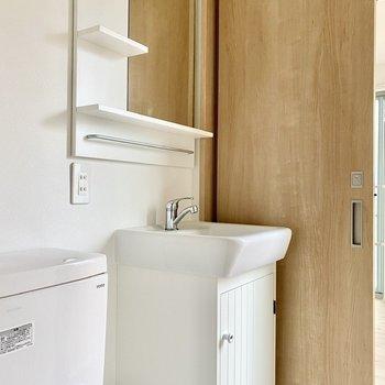 収納の扉がキュートな洗面台。
