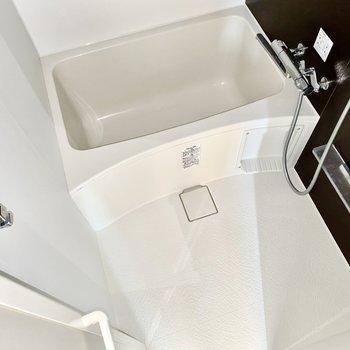 浴槽は深めです。タオル掛けがありますね。※写真は通電前のものです。フラッシュを使用して撮影しています