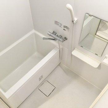 シンプルなバスルーム。一人暮らしなら十分な広さです。