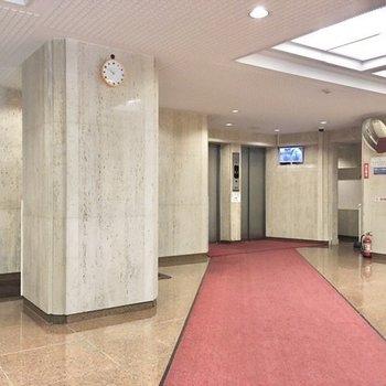 レッドカーペットがエレベーターホールまで伸びています。