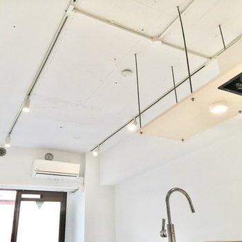 天井のライティングレールも素敵ですね。ペンダントライトをいくつか垂らしてみても良さそうです。
