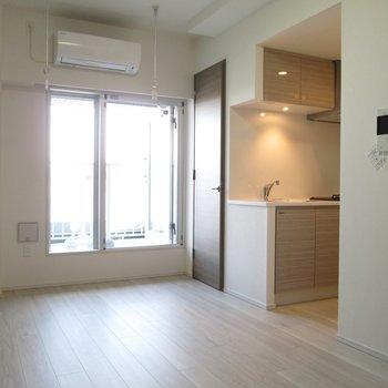 キッチンの方にも行きやすいですね!※写真は3階の反転間取り別部屋のものです