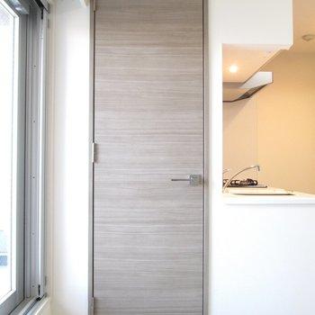 窓際の扉を開けると〜※写真は3階の反転間取り別部屋のものです