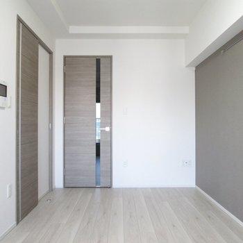 木目調の扉と床で落ち着いた雰囲気に♬※写真は3階の反転間取り別部屋のものです