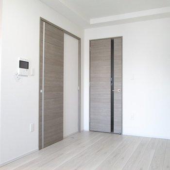 左の扉の方に行ってみましょう〜※写真は3階の反転間取り別部屋のものです
