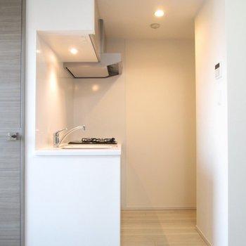 キッチンも広く、冷蔵庫は右奥に置けます。※写真は3階の反転間取り別部屋のものです